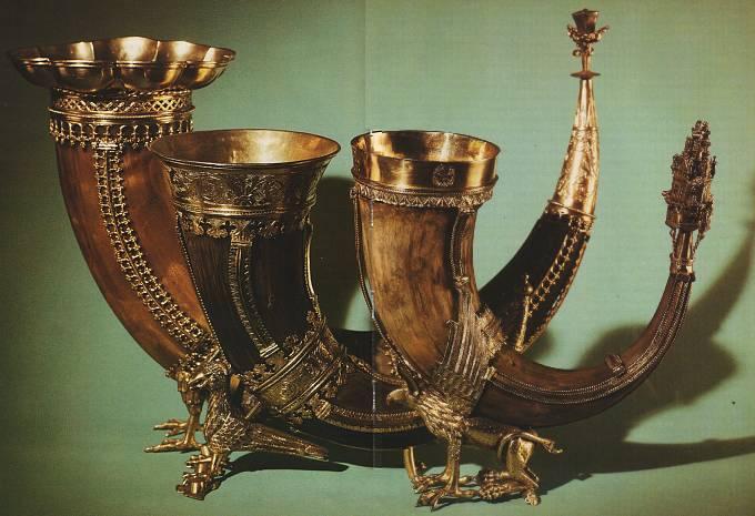Три рога для вина с подставками в виде грифонов. Германия, конец 14 начало 15 века.